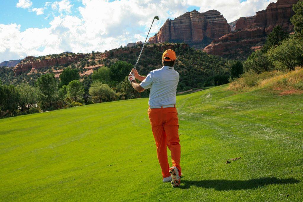 personne faisant du golf dans une tenue adéquate