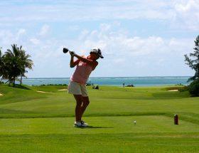 jeune femme jouant au golf dans une tenue adaptée