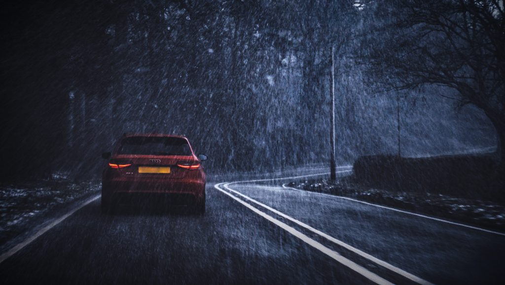 Route à gauche sous la pluie
