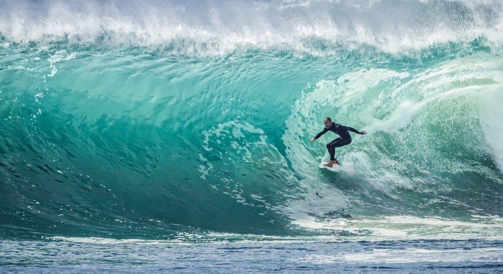surfeur qui glisse sur une vague