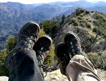 deux personnes qui portent des chaussures de randonnée